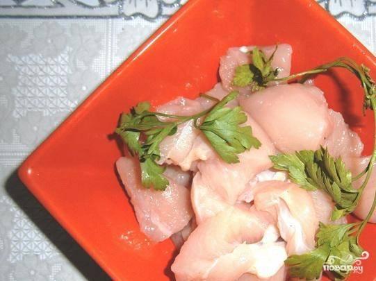 Грудку помойте и нарежьтете небольшими кусочками. Мясо посолите и поперчите.