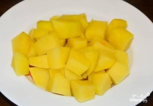 Картофель тоже чистим, моем и нарезаем небольшими кубиками.