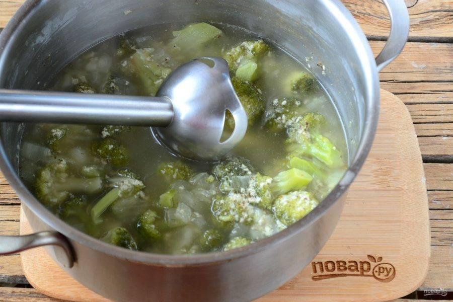 Пюрируйте суп при помощи погружного блендера до состояния жидкого пюре.