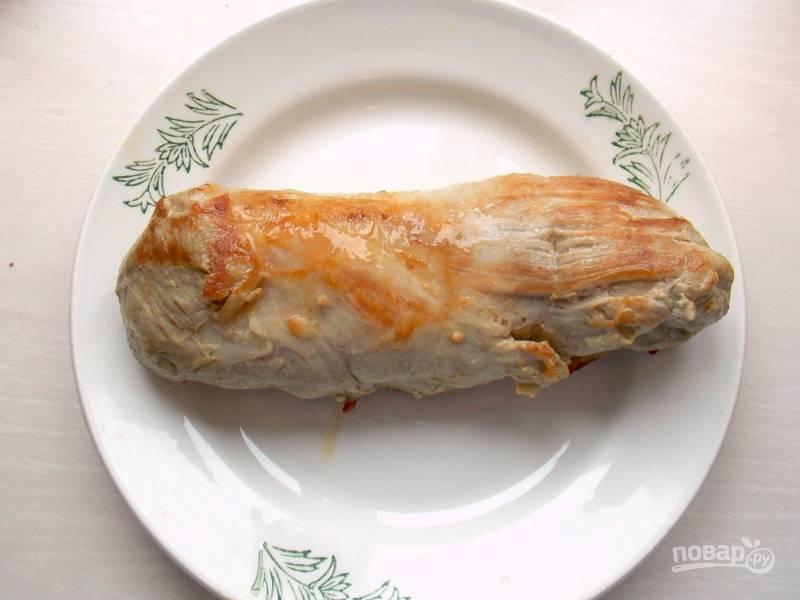 Разогрейте растительное масло на сковороде, обжарьте вырезку со всех сторон. Переложите на тарелку.
