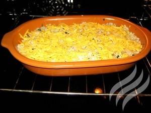 Присыпьте запеканку тертым сыром и поставьте в духовку. Запекать 30-40 минут, температура 180 градусов.
