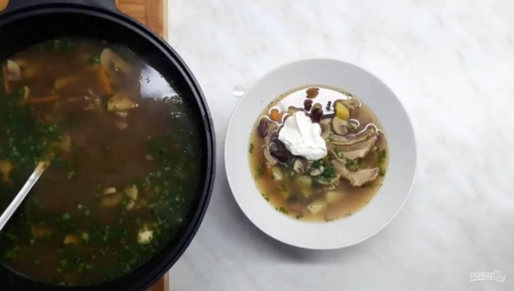 5. Добавьте перец, мускатный орех, смесь перцев, лавровый лист и соль, перемешайте.  Далее добавьте зелень и проварите еще полминуты.  Сметану можно добавить как в конце приготовления супа, так и непосредственно во время подачи. Приятного аппетита!