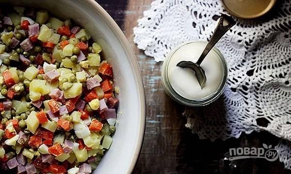 3.По вкусу добавьте соль и перец, а также майонез (около 1 стакана), перемешайте все и отправьте в холодильник на 1 час, можно дольше.
