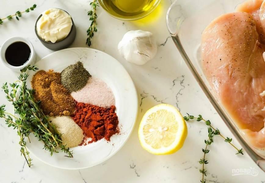 Перемешайте все ингредиенты из состава, исключая курицу.