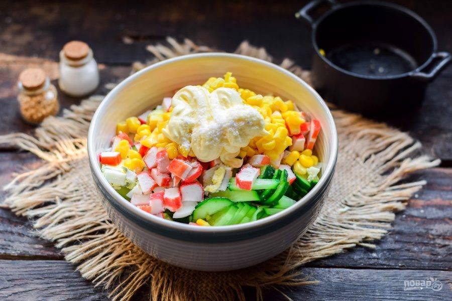 Заправьте салат майонезом, также добавьте щепотку соли и перца. Перемешайте все и подавайте салат к столу.