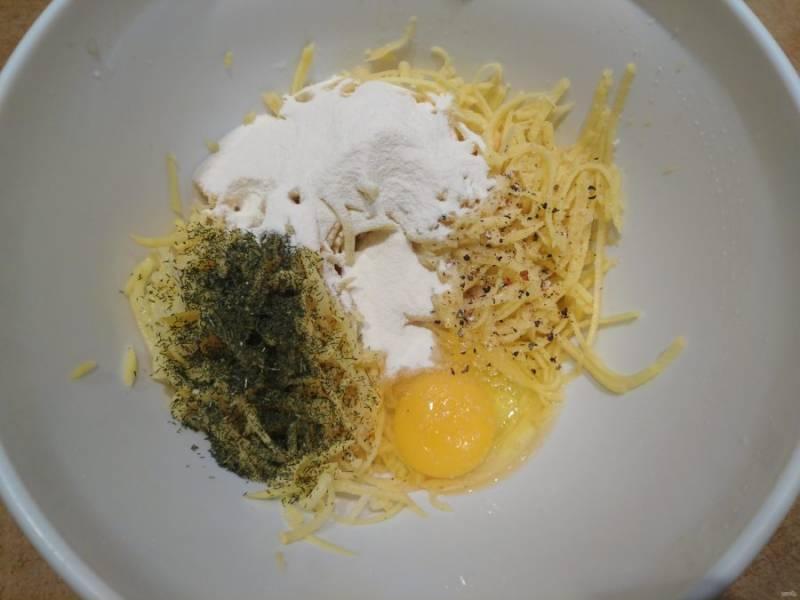 3. В миску к тертому картофелю вбейте яйцо, посолите, поперчите, добавьте зелени и пару ложек пшеничной муки.