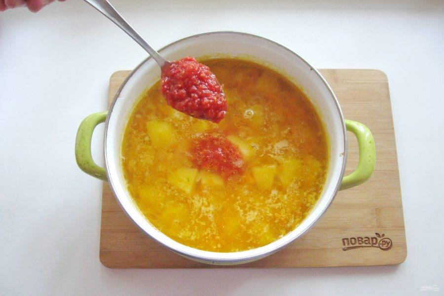 Налейте еще куриный бульон в кастрюлю, чтобы он покрыл горох с овощами. Посолите и поперчите суп по вкусу. Варите суп до готовности всех ингредиентов. В конце добавьте помидоры. Один помидор нарежьте кубиками, а второй измельчите в блендере или мясорубке.