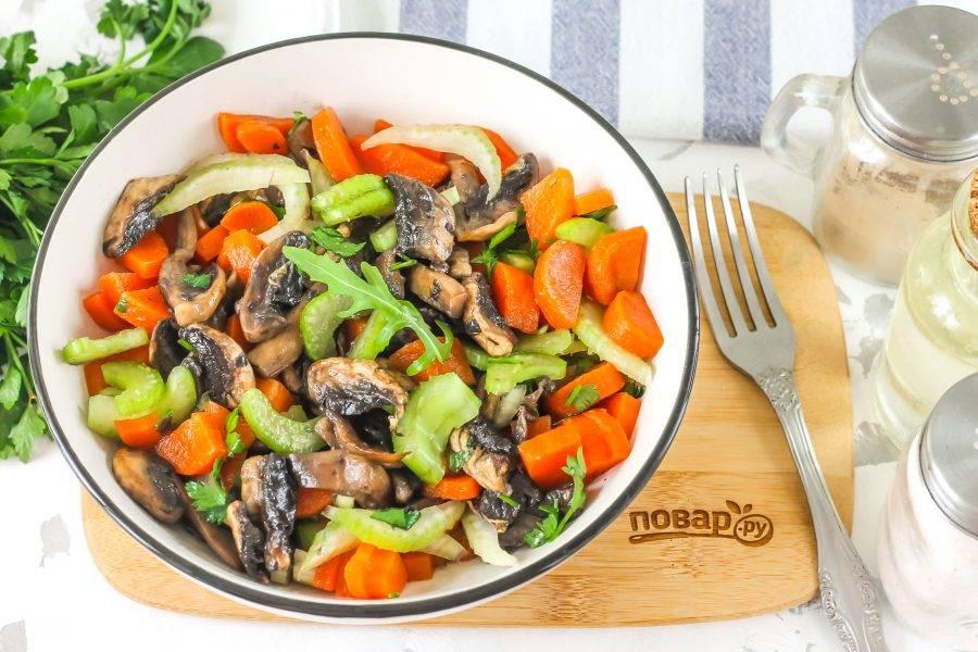 Подавайте постный салат к столу, дополнив хлебом или другой несладкой выпечкой.