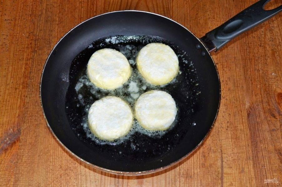Выложите в сковороду с разогретым маслом. Я предпочитаю жарить на сливочном масле с добавлением растительного.