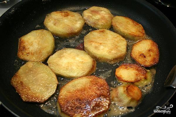 Нарезанные баклажаны обваливаем в муке и обжариваем в масле. Обжаренные баклажаны откладываем и переходим к приготовлению начинки.