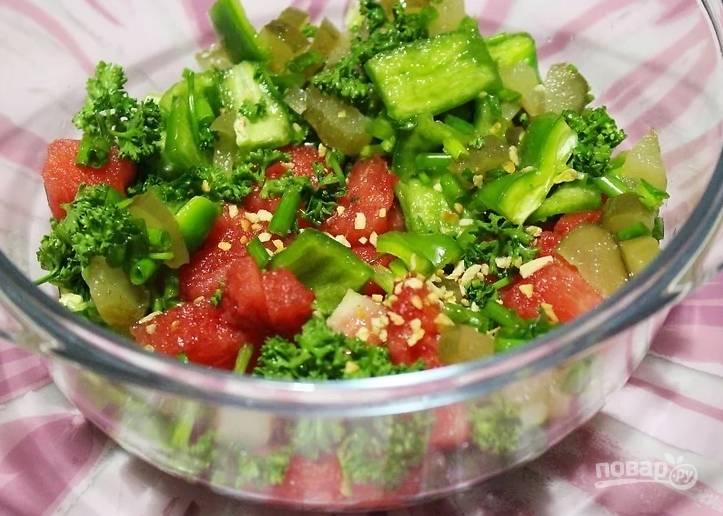 3. Соедините все в глубоком салатнике. Добавьте чеснок, соль по вкусу и сок лайма.