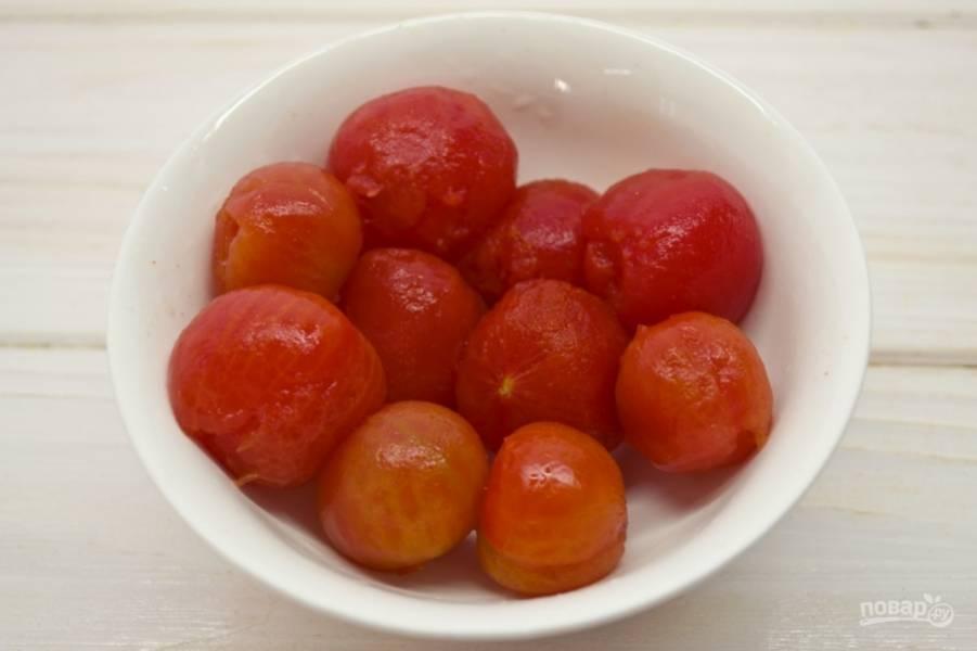 2.После такой обработки кожура сама сползает с томатов. Очищаю их и складываю в тарелку.