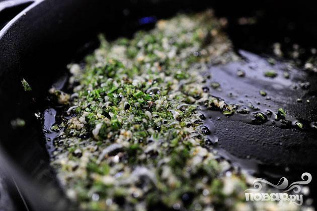 3. Очистить консервированные помидоры. Нагреть среднюю сковороду на сильном огне. Добавить оливковое масло и орегано и выключить огонь, перемешав.