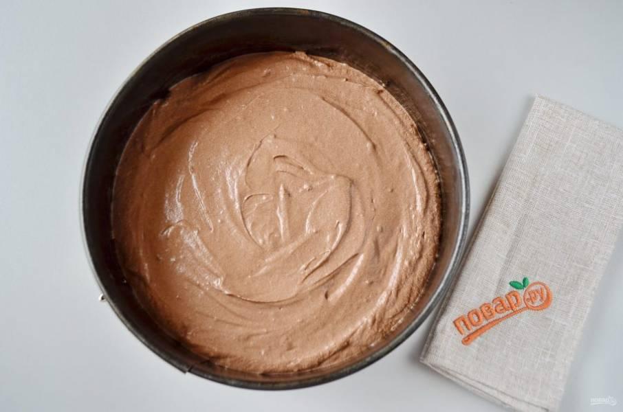 10. Форму смажьте маслом и присыпьте мукой. Выложите тесто, разровняйте и выпекайте при температуре 160 градусов до готовности около получаса.