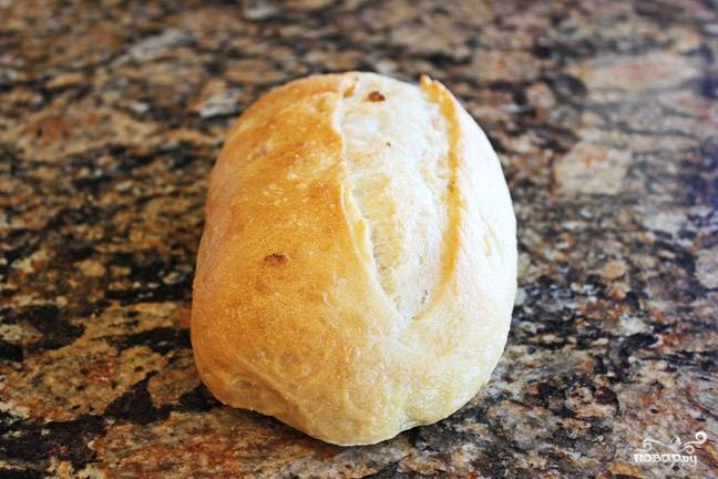 Приготовьте хлеб. Желательно, чтобы он был свежим. Возьмите острый нож, чтобы порезать хлеб на ровные ломтики.