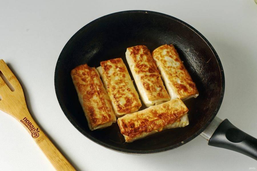 Обжаривайте лаваш с двух сторон до румяной корочки сверху.