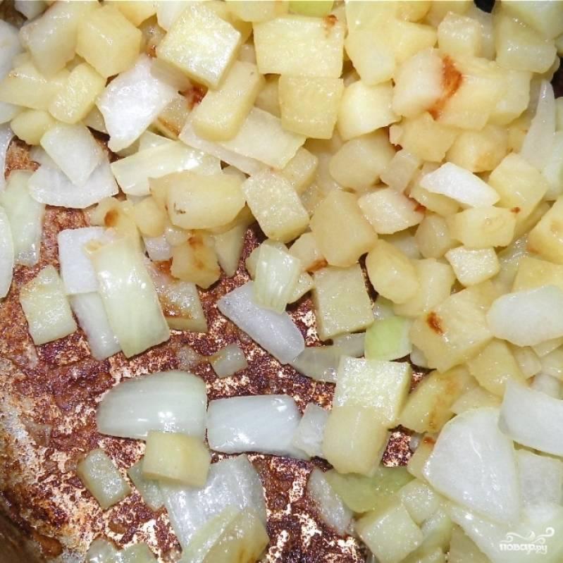 Обжариваем овощи до тех пор, пока в кастрюле есть масло.