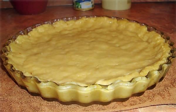 3. Подготовить жаропрочную форму. Выложить тесто и размять его руками так, чтобы накрыть им не только дно, но и бортики.