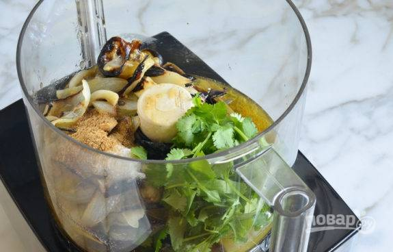3. Затем переложите приготовленные овощи в блендер. Также добавьте кинзу, соль, сахар, чеснок, масло и тмин.