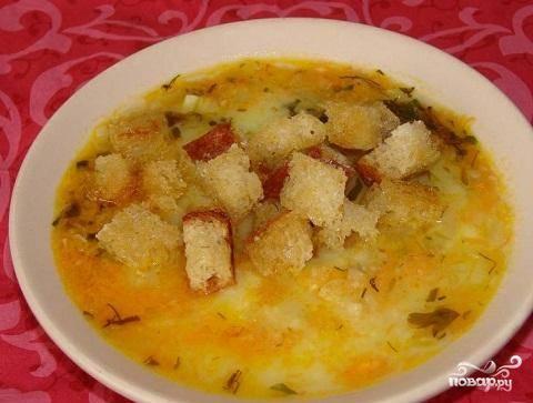 4.В картофельную массу добавить жареные овощи и грибы. Картофельным отваром разбавить до нужной вам густоты.  Довести до кипения и снять с огня. Подавать с рубленой зеленью и жареными гренками.