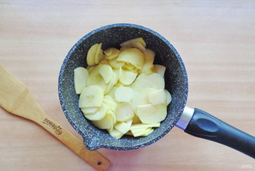 Нарезанные яблоки выложите в кастрюлю с толстым дном.