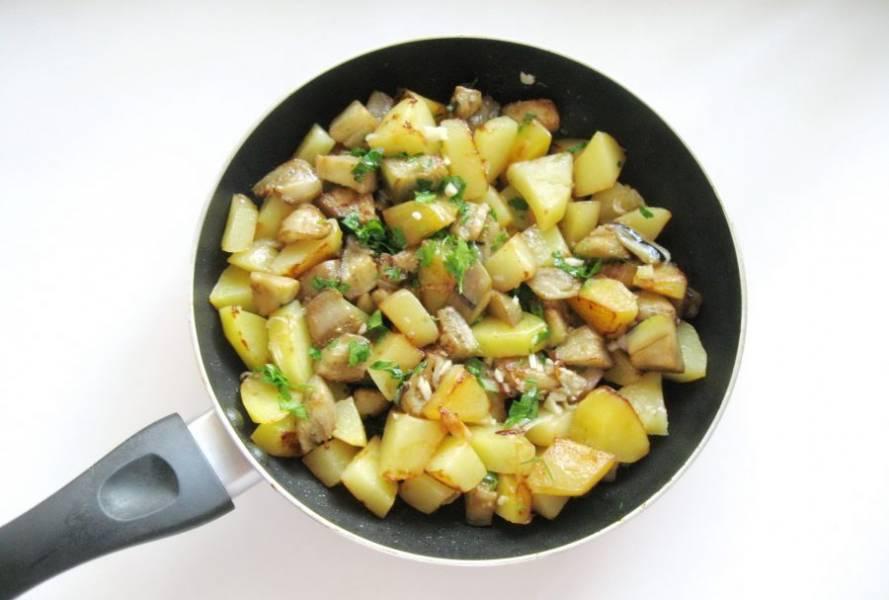 Перемешайте картофель с луком, баклажанами, укропом и чесноком.