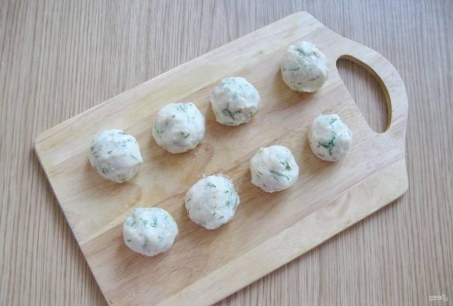 Влажными, мокрыми руками скатайте из приготовленного теста шарики размером чуть больше, чем грецкий орех.