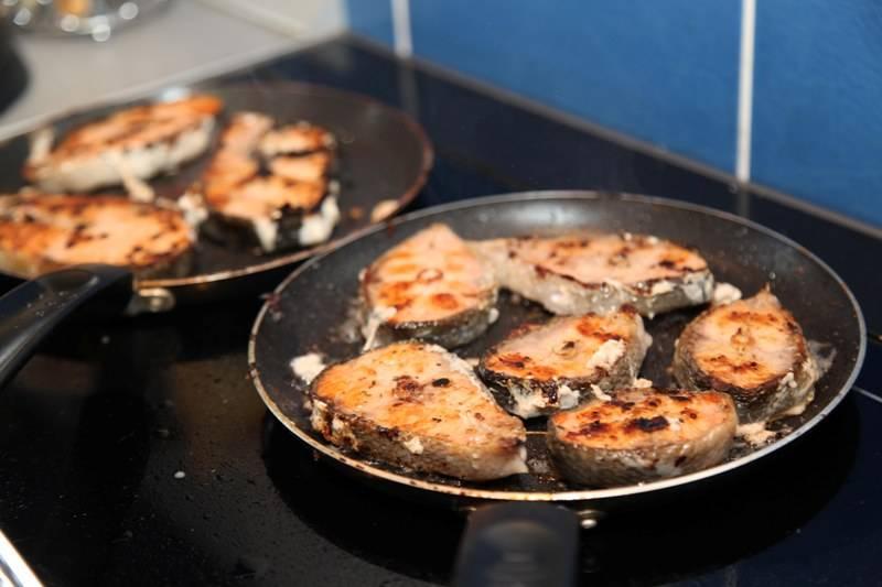 Обжариваем стейки с обеих сторон до образования румяной коричневой корочки.