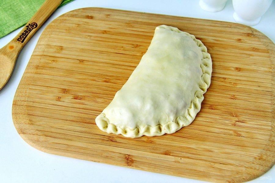 """Защипните края любым удобным способом, но """"шов"""" обязательно должен находиться сбоку пирога."""