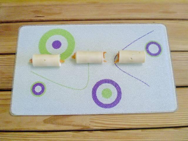 7. Вот такие плотные рулетики у вас должны получится. Также поступаем с остальной морковью и сыром.