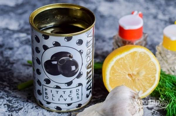 9. Перед подачей добавьте маслины, зелень, чеснок, лимон и (по желанию) сметану. Приятного аппетита!