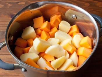 Картофель и тыкву нарезаем кубиками, заливаем водой, добавляем соль и отвариваем до мягкости.