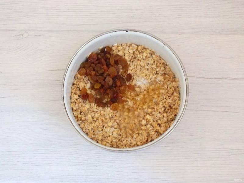 По истечении времени к набухшей овсянке добавьте изюм, мёд, разрыхлитель. Перемешайте.