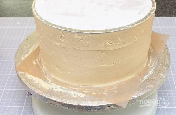 4.Накройте торт пленкой и установите на него тарелку, чтобы уплотнить все слои. Отправьте торт на 30-60 минут в холодильник.