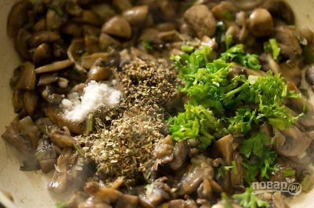 К грибам добавьте перец, петрушку и перемешайте. Обжаривайте до тех пор, пока не испариться вода.