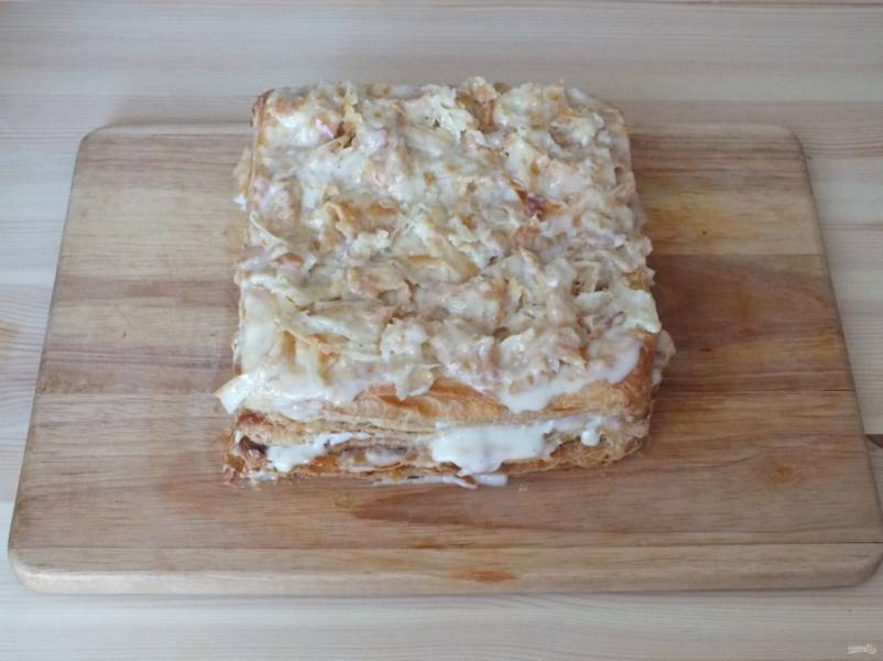 Когда смажете последний, верхний корж, оставьте немного крема, в него положите 1/2 количества теста, которое сняли с коржей. Полученную массу выложите поверх торта.