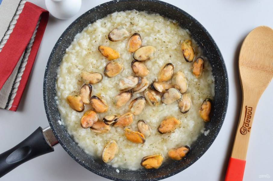 Настало время добавить соль, перец, травы, мидии, еще порцию бульона и готовьте под крышкой 2-3 минуты, не дольше, мидии нельзя долго варить, иначе они станут жесткими.