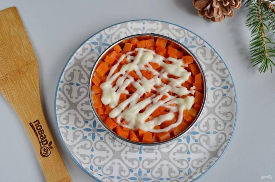 Затем морковный слой, майонез.