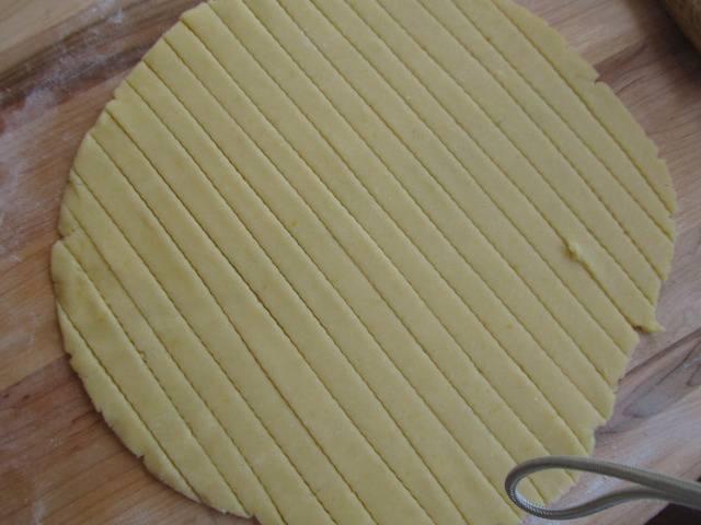 5. Раскатайте вторую половинку теста. Нарежьте полосками одинаковой толщины.