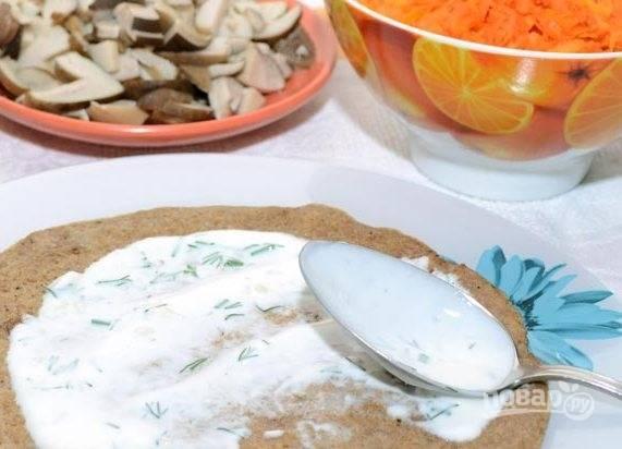 Соберите торт. На тарелку для подачи выложите один блин. Смажьте его соусом.