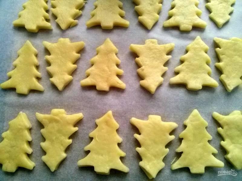 Из обрезков теста я вырезала печенье.