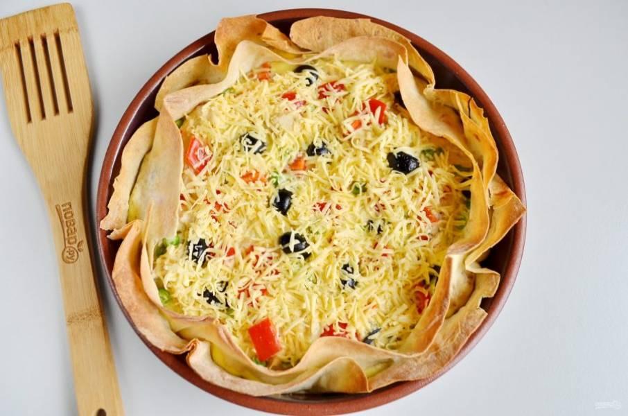 Выпекайте при 180 градусах минут 15, белок должен схватиться. Достаньте пирог, щедро посыпьте его сыром и отправьте еще на 5 минут в духовку.