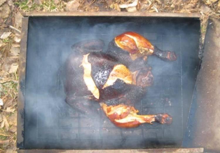 После этого снимите коптильню с огня и подождите 3-5 минут прежде чем открывать крышку, чтобы не произошло воспламенения.