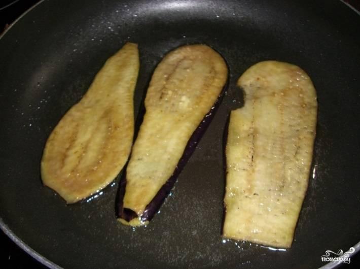 2.Обжаривайте полоски баклажана в разогретом масле по 2-3 минуты с каждой стороны до золотистого цвета.