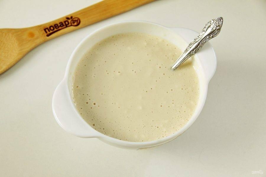 Для начала замесим опарное тесто. Смешайте воду с молоком, добавьте сахар, соль и дрожжи. Перемешайте. Постепенно введите немного муки. Доведите смесь до консистенции жидкой сметаны. Поставьте емкость с тестом в теплое место примерно на 30 минут.