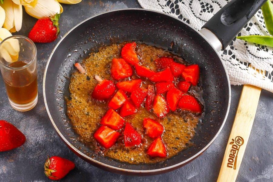Нарежьте ягоды ломтиками и добавьте в карамель.