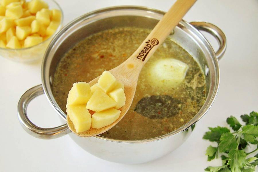 После закипания добавьте нарезанный кубиками картофель. Варите до готовности.