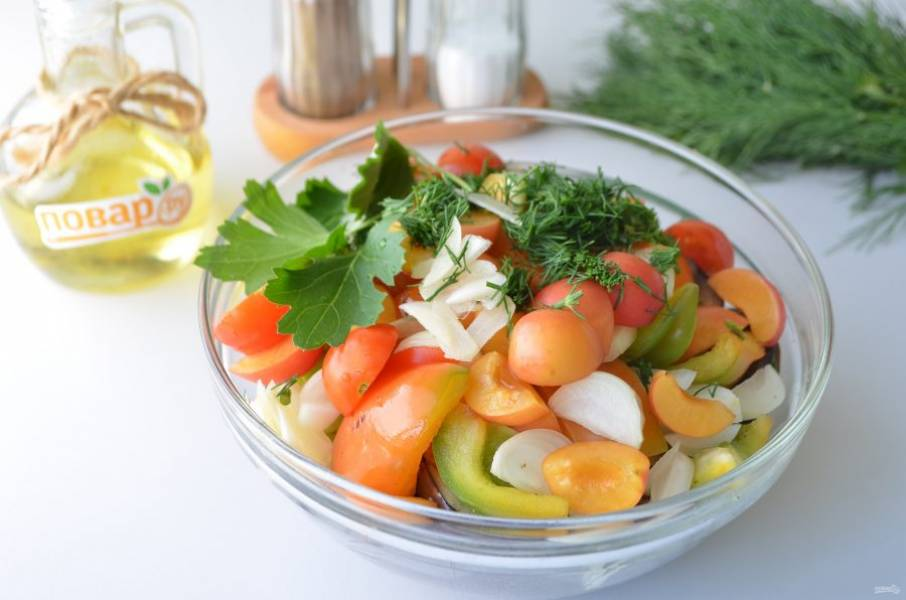 6. Добавьте к овощам алычу, чеснок, лук, зелень рубленную, листочки. По желанию положите помидоры черри.