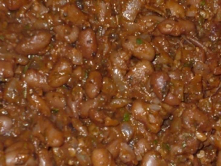 В этот момент добавляем специи, лук и чеснок, соль, измельченную зелень, перемешиваем и варим около 5-6 минут.