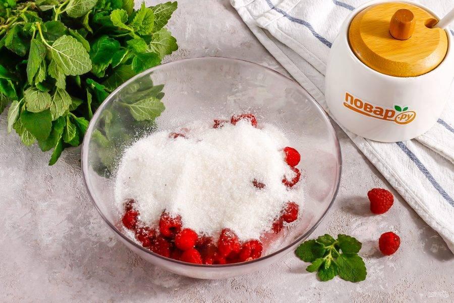 Засыпьте ягоды сахарным песком и перемешайте. Поместите в микроволновку на  минуты, включив самую высокую мощность техники. Желательно при этом накрыть емкость специальной крышкой, чтобы брызги варенья не оказались на стенках микроволновки.